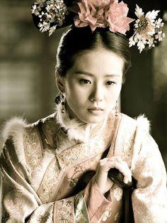 #步步惊心 - 爱与恨都已离去,只剩他了。Liu Shi Shi in one of my favourite Chinese  period drama 'Bu Bu Jin Xin'. #Chinese Manchu Costume I liked the mens clothing in Scarlet Heart, those head pieces and the fur on the womens costumes was too much