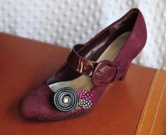 Carvão cinza e preto rodado flor de feltro com clipes de sapatos Guiné Penas