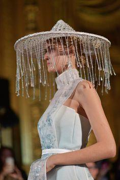Heaven Gaia meets Paiais Garnier - PFW SS 2017 shows you the highlights of this exquisite show in opulent surroundings, taking you into another world. Kimono Fashion, Fashion Art, Fashion Show, Asian Fashion, Fashion Design, Glam Dresses, Fashion Dresses, Qipao Modern, Oriental Dress