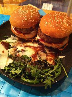 Burger mit Ruccolasat und Parmesan