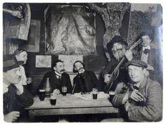 Au Lapin Agile ou le Cabaret des assassins, à côté de Modigliani, Francis Carco, Gaston Couté, Paul Fort écoutent le père Frédé.