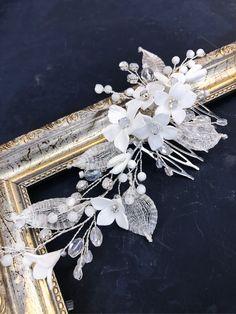 Свадебный гребень с белоснежными цветами – купить или заказать в интернет-магазине на Ярмарке Мастеров | Белоснежный свадебный гребень, дополнен белыми…