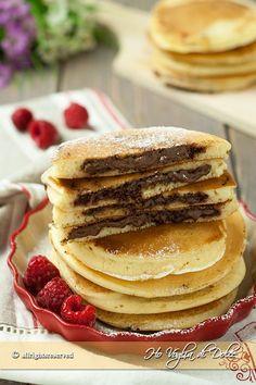 Pancakes ripieni alla Nutella, dal cuore morbido e golosissimo di cioccolato. Frittelle americane per la colazione e la merenda. Ricetta facile e veloce Burritos, Nutella Pancakes, Griddle Cakes, Crepe Cake, Sunday Breakfast, Mille Crepe, Cannoli, Biscotti, Crepes