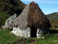 Braña de Los Cuartos, Somiedo. Asturias, España Villas, Storybook Cottage, Architecture Design, Grass, Spain, Around The Worlds, Europe, House Styles, Building