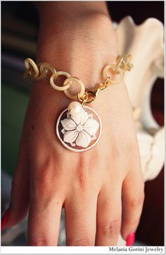 Beautiful vermeil bracelet with horn chain and authentic shell cameo from Torre del Greco - handcarved cameo -sterling silver findings by MelaniaGoriniJewelry, an Etsy shop based in Pisa, Italy. How gorgeous is that chain!!!