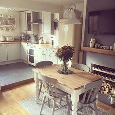 Beautiful small dining room decor ideas table in small kitchen, small dinin New Kitchen, Kitchen Dining, Kitchen Decor, Kitchen Tables, Kitchen Ideas, Kitchen Small, Kitchen Cabinets, Cosy Kitchen, 1960s Kitchen