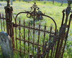 Interior e Exterior integrados Love this old gate! garden shed-so cute: ) cottage garden Autumn - Home and Garden Design Ideas Garden Gates And Fencing, Garden Doors, Fences, Garden Arbor, Old Gates, Wrought Iron Gates, Modern Garden Design, Colorful Roses, My Secret Garden