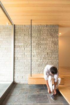 Bench that is a shoe cabinet Entrance Foyer, House Entrance, Entryway Decor, Exterior Design, Interior And Exterior, Wall Design, House Design, Japanese Interior Design, House Inside