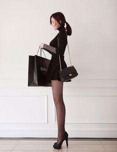 理想的女子現る! 【 出典元 】http://blog.daum.net/iamchoigo1/ 黒いタートルネックのセーターに 黒いミニのフレアスカート、 そして、バッグは黒いマトラッセ。 simple is bestとはまさにこのスタ...