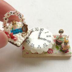 """374 Likes, 6 Comments - Mayumi Kiyose (@ooidesang) on Instagram: """"ケーキをどけると、時計盤があらわれるスタンドのトランプスクエアタルトのセットを作りました(^^)ミンネに出品しています♪また、明後日から開催のイベントのフライヤー、私の名刺も完成したので載せさせてください(^ν^)明日は搬入!我が家は8日と来週末のどちらか、ふらつきにいく予定です。お会いできるのを楽しみにしています#ミニチュアフード#ミニチュア#ドールハウス#ハンドメイド#樹脂粘土#粘土#クレイ#クレイアート#アート#カップケーキ#タルト#ムース#miniaturefood…"""""""