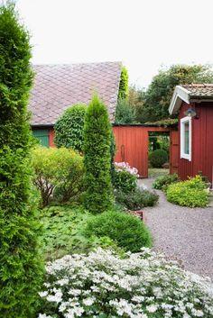 grusgång, så håller du grusgången fri från ogräs Garden Sofa, Garden Cottage, Home And Garden, Garden Table, Contemporary Garden Design, Landscape Design, Garden Paths, Garden Landscaping, Amazing Gardens