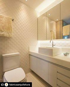 O tom branco ainda é a primeira opção para  compor certos ambientes como no caso deste  banheiro. A @fabricaarquitetura escolheu o  revestimento Romance para as paredes  criando um espaço clean e funcional. :) #ceramicaportinari #porcelanato #DecoraSoul  #parede by ceramicaportinari