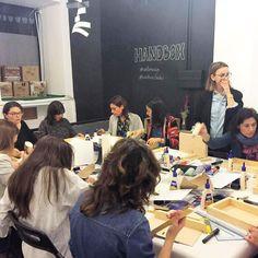 Qué caras de concentración! Preparando nuestra #lightboxdiy en el taller #weloveceys con @lachimeneadelashadas van a quedar chulísimas! -------------------------------------------- #madrid #condeduque #tallereshandbox #handboxstudio #diy #bloggerdiy #bloggerhandbox #craft #diy #craftersofinstagram #craftersforinstagram #craft #customize #instadiy #crafty #crafters #handbox #bloggerdiy #instablogger #liveauthentic #lifethelittlethings #instamood #thehappynow #calledtobecreative…