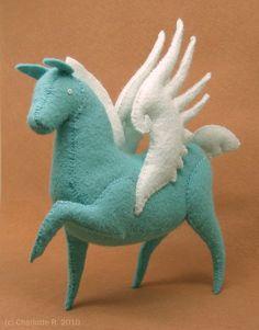 Tamoshanter le cheval est si fier de ses nouvelles ailes quil ne peut pas aider mais caracoler ! Comme un Pégase, il aime à la dérive à travers le ciel et le jeu, mais il aime aussi à prendre une pause de voler et manger de lherbe une fois dans un certain temps avec les autres chevaux.  Corps de Tamoshanter est bleu ciel et ses ailes sont dun bleu pâle nacré. Il est environ 4,5 de long et 6 de haut dans le corps. Ses ailes lui donnent un supplément 1,5 de hauteur, ce qui porte sa hauteur…