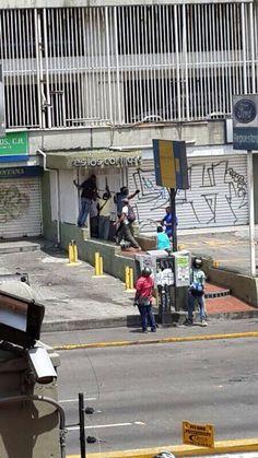"""Grupos de motorizados armados intentando entrar a edificios en Los Ruices pic.twitter.com/N6zrkLsbDM"""""""