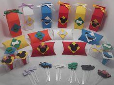 Kit de lembrancinhas para festa, tema Turma do Mickey, composto por 60 itens, conforme descrito abaixo: <br>12 caixas milk, confeccionados em papel 180 gramas, na medida; <br>12 caixas acrílicas; <br>12 caixas pillow, confeccionadas em papel 180 gramas, <br>24 mini topprs para docinho. <br> <br>Todos os itens são decorados com papel de scrap 180 gramas. <br>Todos os produtos podem ser vendidos separadamente. <br>Pode ser produzido em outras cores e temas.