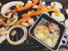 Pourquoi ne pas essayer le Troubadour, le Fou du Roy, le Ménestrel ou encore le Rassembleu en raclette ? Promis ! C'est délicieux ! Pot Roast, Ethnic Recipes, Food, I Don't Care, Carne Asada, Roast Beef, Essen, Meals, Yemek