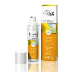 Parce que le soleil est un facteur important du vieillissement de la peau, le Lait Solaire Anti-Âge Sun Sensitiv Lavera renforce la fermeté et régule l'hydratation de la peau pour combattre efficacement les signes de l'âge. Pour le visage, le cou, le décolleté. Filtres UV 100% minéraux - protection immédiate - résiste à l'eau. Lait Solaire Anti-Âge IP 15 Sun Sensitiv Lavera. Flacon 30ml. 12,40€ #soleil #protection #bronzage #solaire #soin #peau #bio #lavera #visage #uv www.officina-paris.fr
