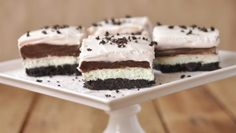 INGREDIENTE: 500g frisca 250g crema de branza 100g unt 30 biscuiti cu cacao 5 linguri lapte dulce rece 2 plicuri de budinca de ciocolata instant 1/4 cana de zahar MOD