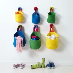 Malé košíky Stickat místo polic, různé barvy, cena 249 Kč/sada 2 kusů; IKEA