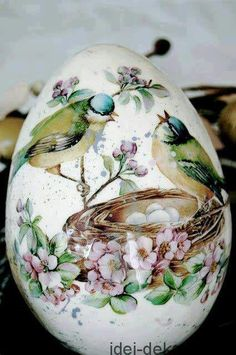 Ostereier dekorieren mit der Decoupage-Technik-Vogelnest Frühlingsmotiv You are in the right place about Decoupage natale Here we offer you the most beautiful pictures about the Decoupage cards you ar Egg Crafts, Easter Crafts, Art D'oeuf, Egg Shell Art, Carved Eggs, Diy Ostern, Egg Designs, Egg Art, China Painting