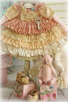 Купить или заказать Комплект для куклы ' Клубника со сливками ' стиль бохо , шебби шик в интернет-магазине на Ярмарке Мастеров. Это комплект для моей новой куклы . Очень нежный комплект для куклы в розово-кремовых тонах : комбинированное платьице с длинным рукавом , панталончики , замшевые ботиночки ручной работы ,мишка . Одежду не продаю ,выложила для оформления витрины магазина. МАСТЕР-КЛАССЫ www.livemaster.ru/arishaskazka2… Sewing Case, Baby Sewing, Old Dolls, Antique Dolls, Baby Doll Clothes, Baby Dolls, Doll Dress Patterns, Barbie, Shabby Chic Christmas