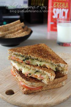 Toast al pesto con pomodoro e formaggio filante, pronto in 10 minuti.