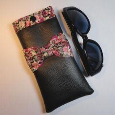 Etui à lunettes simili cuir noir avec noeud et intérieur en coton fond noir  à fleurs 1cfa00aa1570