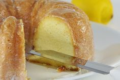 Εύκολη συνταγή για να φτιάξετε ένα πολύ ελαφρύ και γευστικό κέικ λεμόνι με γιαούρτι.