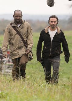 Lennie James and Andrew Lincoln behind the scenes of The Walking Dead Season 6 Episode 15   East