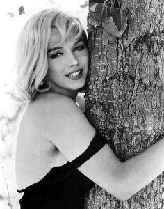 Marilyn Monroe on set of 'The Misfits' ,photographed by Henri Cartier-Bresson, 1960 - Marilyn Monroe (Norma Jeane Baker) - Photos Henri Cartier Bresson, Divas, Fotos Marilyn Monroe, Marylin Monroe Body, Inge Morath, Norma Jeane, Jolie Photo, Brigitte Bardot, Celebs