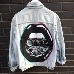 2020 jeans outfits 2020 trendy jeans jackets and outfits . Painted Denim Jacket, Painted Jeans, Painted Clothes, Denim Paint, Diy Clothing, Custom Clothes, Denim Chicken, Jean Diy, Kleidung Design