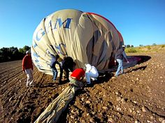 ¿Cuántas personas hacen falta para montar y recoger un globo aerostático?  http://www.facebook.com/siempreenlasnubes.volarenglobo  Más información y reservas: http://www.siempreenlasnubes.com