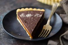 Tender, buttery shortbread crust, with rich salted caramel and dark chocolate ganache. This salted caramel ganache tart is like a Twix bar, in tart form! Salted Caramel Chocolate Tart, Caramel Ganache, Chocolate Caramels, Chocolate Cream, Chocolate Ganache, Twix Bar, Buttery Cookies, Shortbread Crust, Cookie Crust