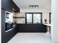 Bij het betreden van de nieuwe woning van Jan en Flo in Meise valt in eerste instantie de openheid op. Openheid in de ruime zin van het woord. Keuken en leefruimte lopen over in elkaar. Er is veel lichtinval en alle aandacht gaat naar de strakke zwart-wit accenten, zo ook in de keuken en bijpassende bureauruimte. #interieurdesign #keuken #keukeninspiratie Blinds, Sweet Home, Kitchen Cabinets, Attention, Home Decor, Design, Tv, Command Centers, Living Spaces