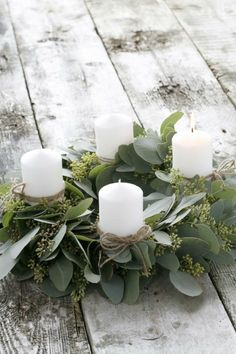 40 Adventskranz Ideen und die Geschichte des Adventskranzes Advent wreath with fresh leaves and white candles Natal Natural, Navidad Natural, Christmas Candle Decorations, Holiday Decor, Christmas Tables, Table Decorations, Noel Christmas, Christmas Wreaths, Disney Christmas