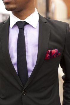 una corbata delgada y un pañuelo en el bolsillo se ven elegantes