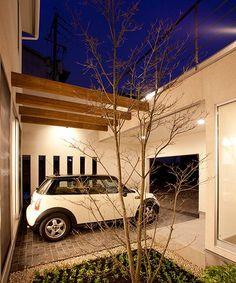 這個木造二階新築住宅,是建築師 久和原忠 的設計作品「松川の家」,設計理念是「表面的でない 本質的で 持久力あるデザインを心がけています。」,強調希望作品都是能回歸本質、維持恆久品味的設計。這個開放格局的住宅,將傳統日式庭院的精髓轉化後,成為不同的意象支撐,也讓自然光影肆意在之此遊走,塑造最貼近大地的原貌色彩。  via 久和原建築事務所