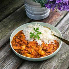 Denna gryta med ytterlår, krossade tomater, linser och majs smaksätts med gul curry och serveras med ris. Enkel och god vardagsmat när den är som bäst. » Besök Landleys Kök för fler goda recept.