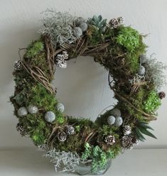 This is a lovely and interesting wreath.This says: Succulent wreath Easter Wreaths, Christmas Wreaths, Christmas Crafts, Christmas Decorations, Holiday Decor, Succulent Wreath, Succulent Plants, Deco Floral, Door Wreaths