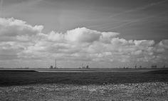 wolken übern Jadebusen. Blick vom Strand in Tossens-Butjadingen in richtung Wilhelmshaven. | pixelpiraten.net