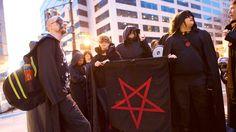 Trump hat einen mächtigen Gegner herausgefordert: den Teufel persönlich. Seit er regiert, sind die Satanisten im Aufwind – handeln aber oft barmherziger als ihre christlichen Gegner.
