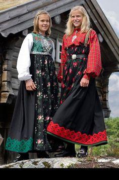 Sigdal, Eggedal og Krødsherad, Her er stakkene pyntet nede med en bred knipling i ullgarn. Her vises to muligheter ved bruken av stakken, en kan f.eks bruke mønstrete bomullsskjorte og skinnbelte om livet da har man en hverdagsstakk. Ref. Bunadstua.com Folk Fashion, Vintage Fashion, Folk Costume, Costumes, Norwegian Clothing, Culture Clothing, Frozen Costume, Traditional Dresses, Textiles