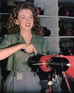 """""""Brunette Norma Jean - helps beat the Axis in an - airplane factory"""" Marilyn Mo. - """"Brunette Norma Jean – helps beat the Axis in an – airplane factory"""" Marilyn Monroe is cel - Joven Marilyn Monroe, Marilyn Monroe Cuadros, Fotos Marilyn Monroe, Young Marilyn Monroe, Marilyn Monroe Childhood, Rare Historical Photos, Rare Photos, Strange Photos, Julie Christie"""