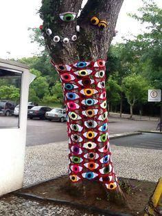 An Amazing Street Art as Tree Yarn Bombing - Balcony Decoration Ideas in Every Unique Detail Crochet Tree, Freeform Crochet, Crochet Yarn, Knitting Yarn, Yarn Bombing, Guerilla Knitting, Graffiti, Urbane Kunst, Knit Art