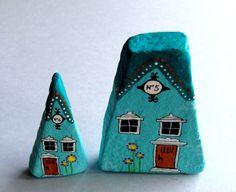 galets décoratifs au motif façade de maison colorés en blanc et marron sur fond bleu
