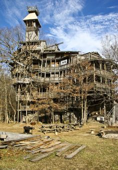 The world's tallest treehouse, located in Crossville, Tennessee, makes the Swiss Family Robinsons look like a bunch of amateurs.