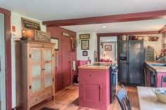 This Cozy, Red Farmhouse Sums Up Everything We Love About New England - Saltbox Homes for Sale Primitive Homes, Primitive Kitchen, Country Primitive, Primitive Decor, Red Farmhouse, Farmhouse Style Kitchen, Farmhouse Decor, Farmhouse Kitchens, Artisan Kitchen