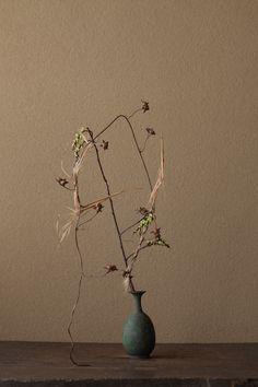 2012年3月12日(月)あらゆるものが荘厳される、それがこの国の命のかたちです。   花=木五倍子(キブシ)、刈萱(カルカヤ)、朝顔(アサガオ)   器=青銅王子形水瓶(六朝時代)