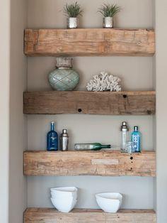 Rustikale Holz Balken gestalten ein Regal in einer Wandnische